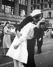 Sailor Nurse VJ Day Kiss in Times Square Photo Print for Sale