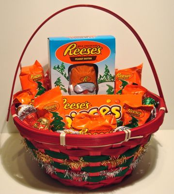 Christmas Candy Gifts.Reese S Christmas Candy Gift Basket