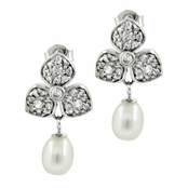 Lagrima's Freshwater Cultured Pearl Droplet Clover Earrings