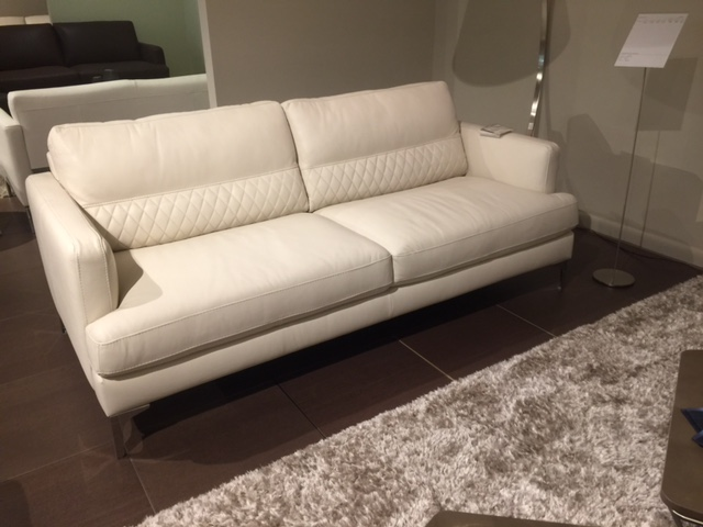 b985 white leather sofa with quilting by natuzzi mega clearance sale. Black Bedroom Furniture Sets. Home Design Ideas