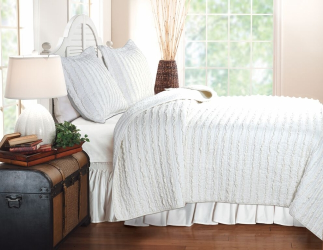 buy ruffled white quilt king size with 2 shams cotton king quilt by greenland home fash at. Black Bedroom Furniture Sets. Home Design Ideas