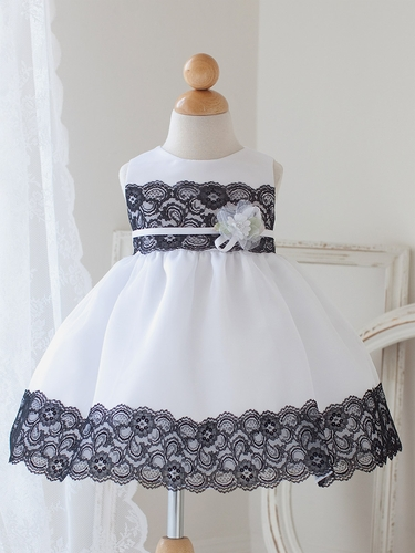 White & Black Dress w/ Lace Detailing & Flower�