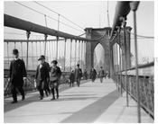 Brooklyn Bridge walkers