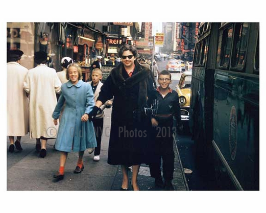 Midtown tourists - Mother and children - Manhattan 1950s