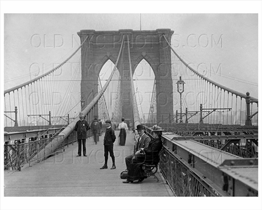 Police officer and citizens at the Brooklyn Bridge 1905