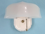 Single porcelain bath sconce with shell-style shade <NOBR>(ca. 1930s)</NOBR>
