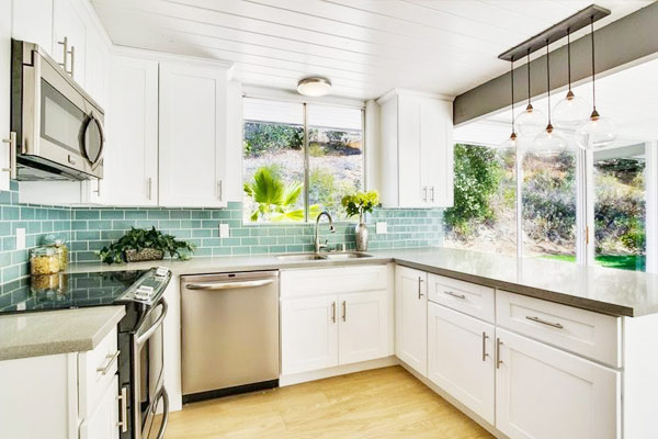 Classic white shaker kitchen cabinets for Traditional white cabinets