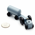 Grey Farm Tractor With Fertilizer Trailer - Dregeno Seiffen