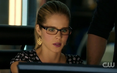 "02x09 ""Three Ghosts"" - Felicity Feather Earrings"