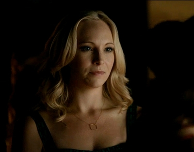 "05x08 ""Dead Man on Campus"" Caroline square necklace"