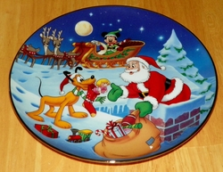 Collector Plate from Mickey's Holiday Magic Series. Issue 3 of 4 titled: Thanks Pluto