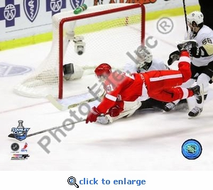 2008 NHL Stanley Cup Detroit Red Wings Valtteri Filppula scores a diving third period goal during Game 2 8x10 Photo