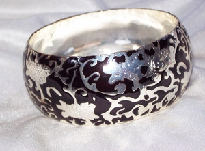 Shiny Silvertone/Black Patterned Metal Bangle Bracelet