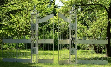 Fleur De Lis Garden Garden w/4 Pieces of fence - Click to enlarge