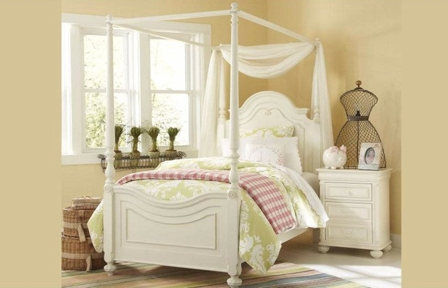 Charlotte Traditional Antique White Full Size Poster Canopy Bed
