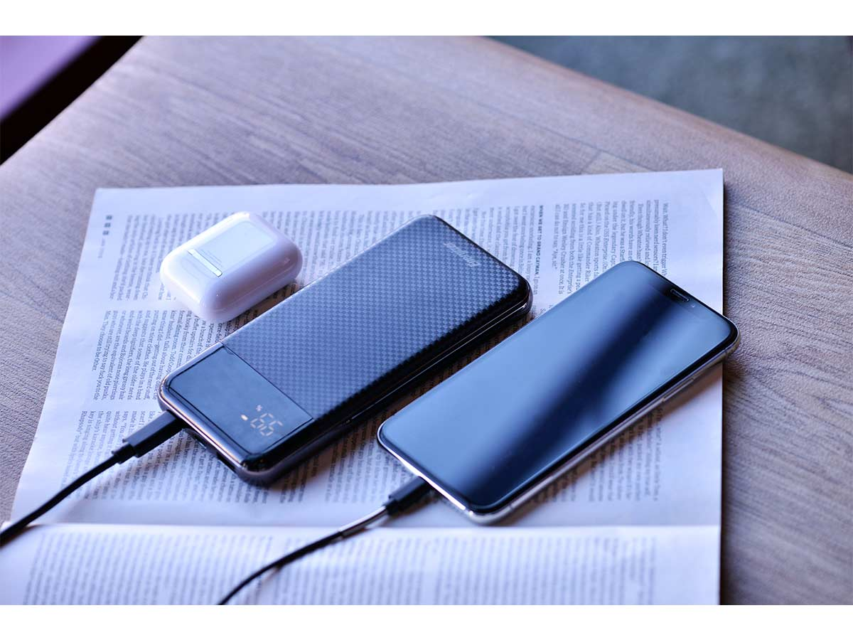 energizer ue10037pq power bank being charging a phone