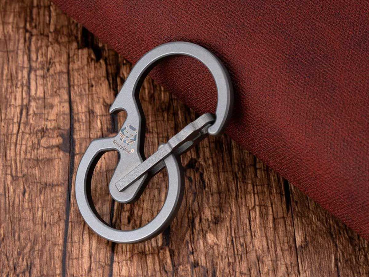 rovyvon u8 carabiner angled between a wooden surface and folded linen