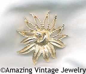 DEMI-FLOWER Pin Goldtone
