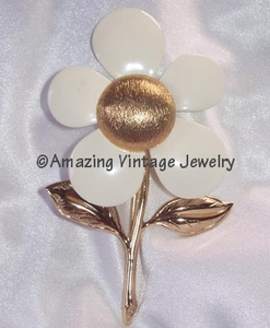FLOWER FLATTERY Pin - White