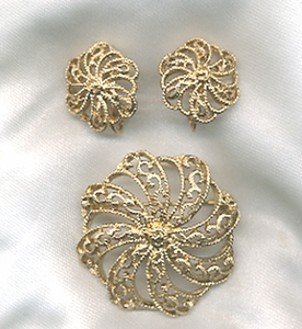 Goldtone Filigree Pin/ER Set - Canada