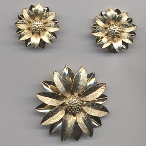 SATIN PETALS Pin/Earrings Set
