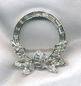 Silvertone Wreath Pin - Clear RS