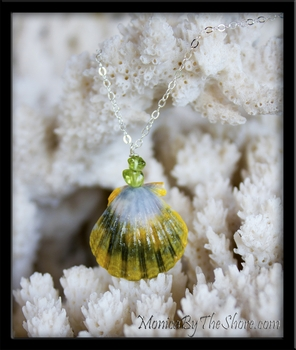 Green White & Yellow Hawaiian Sunrise Shell & Peridot Pendant Necklace