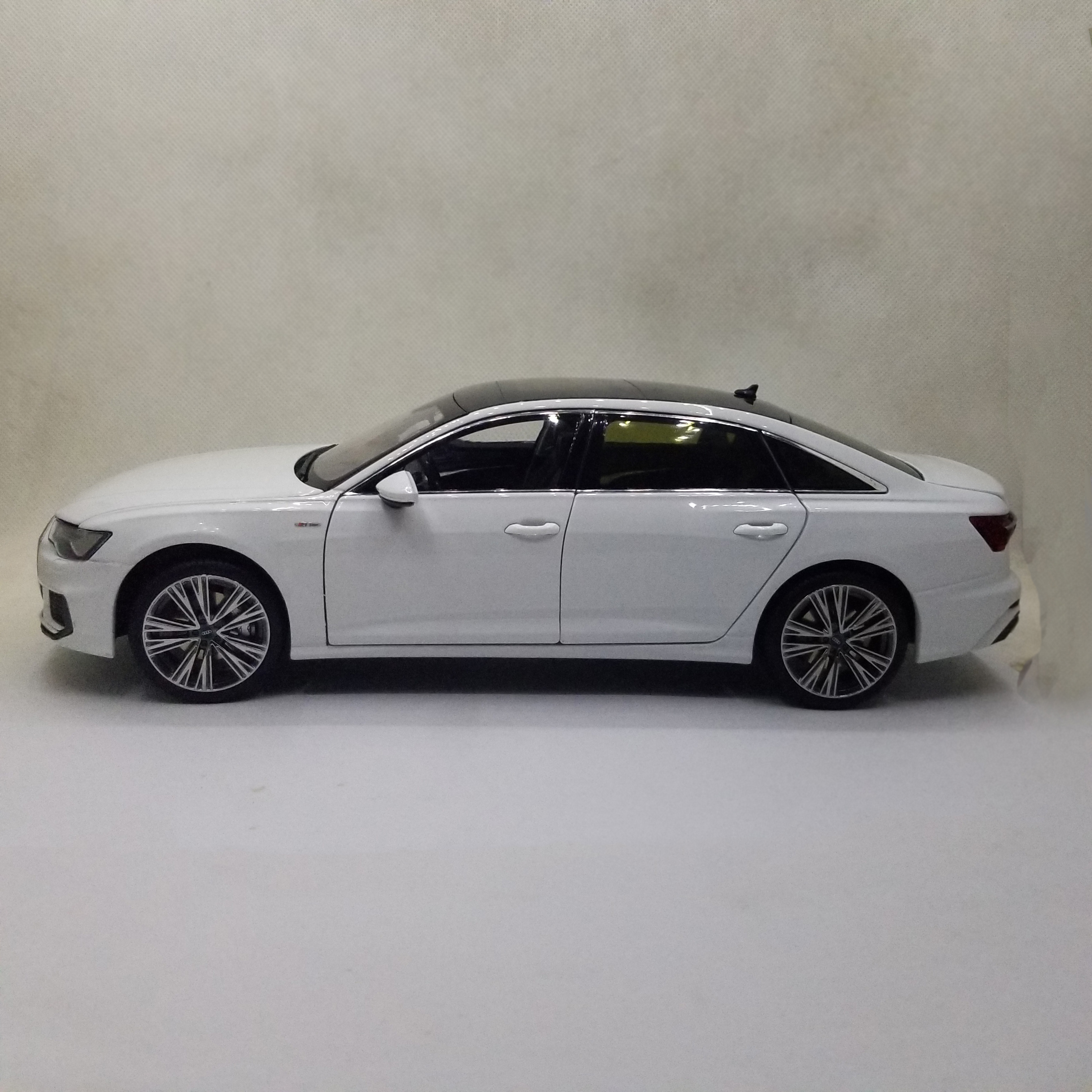 1:18 Diecast Model for Audi A6L 2019 White Sedan Alloy Toy Car Miniature Collection Gifts A6 S6 Alloy Toy Car, Diecast Scale Model Car, Collectible Model Car, Miniature Collection Die-cast Toy Vehicles Gifts