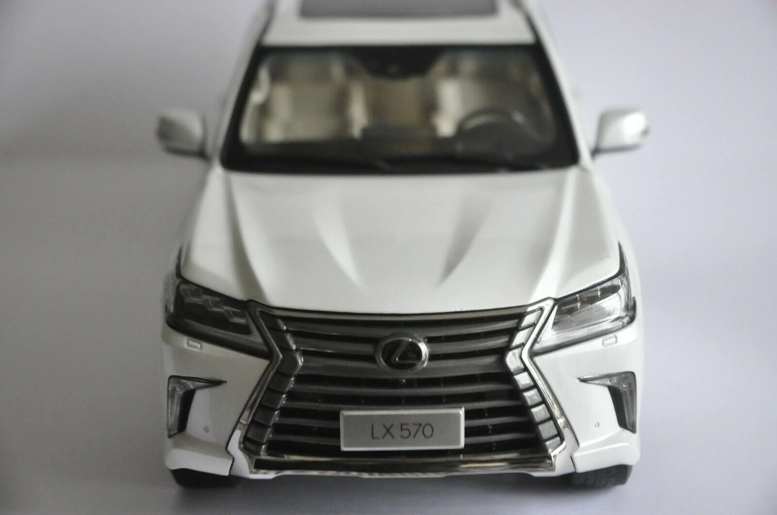 1:18 Diecast Model for Lexus LX570 2019 Whtie SUV Alloy Toy Car Miniature Collection Gifts Hot Selling LX 570