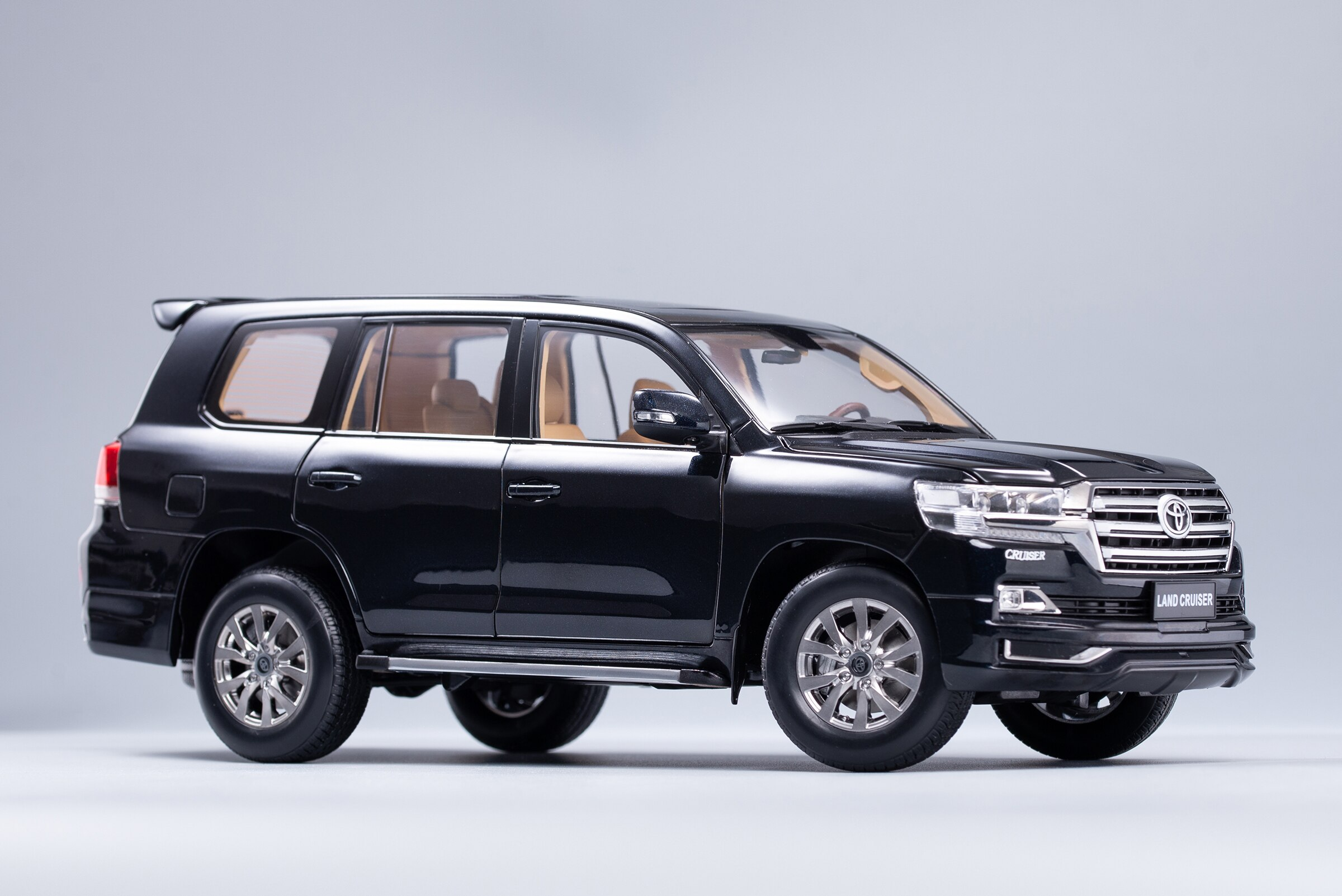 1:18 Diecast Model for Toyota Land Cruiser LC200 2019 Black SUV Alloy Toy Car Miniature Collection Gift