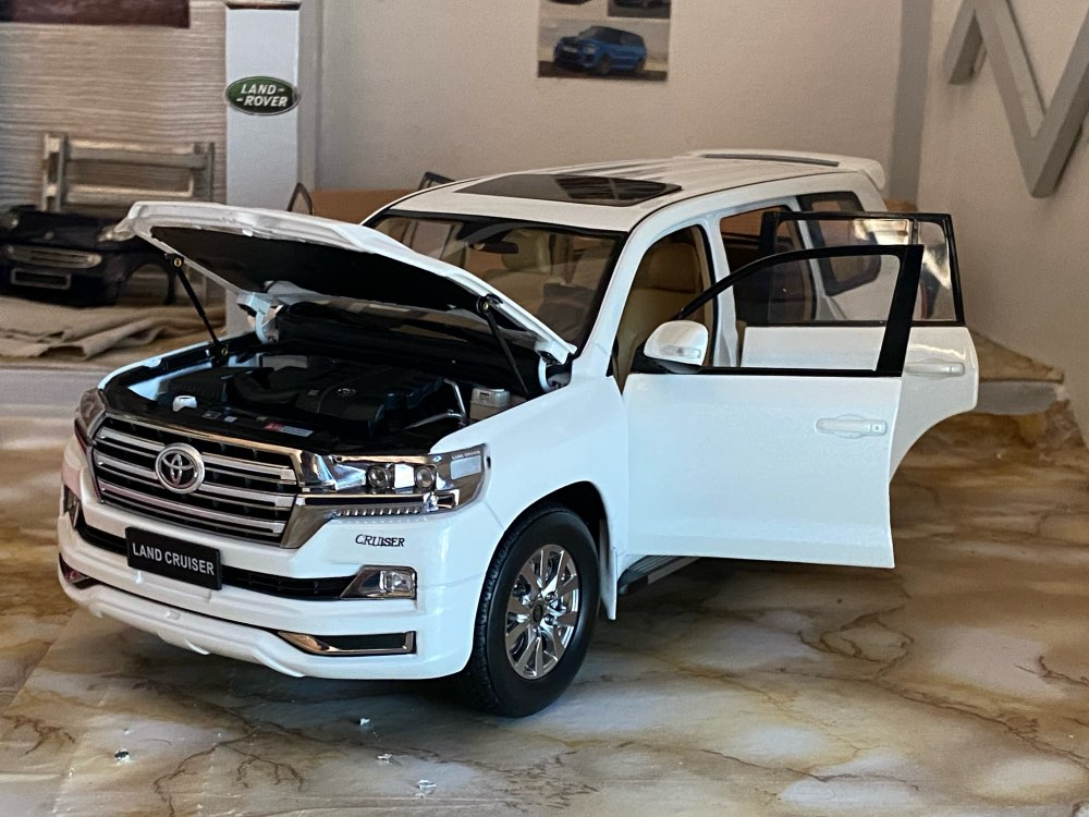 1:18 Diecast Model for Toyota Land Cruiser LC200 2019 White SUV Alloy Toy Car Miniature Collection Gift