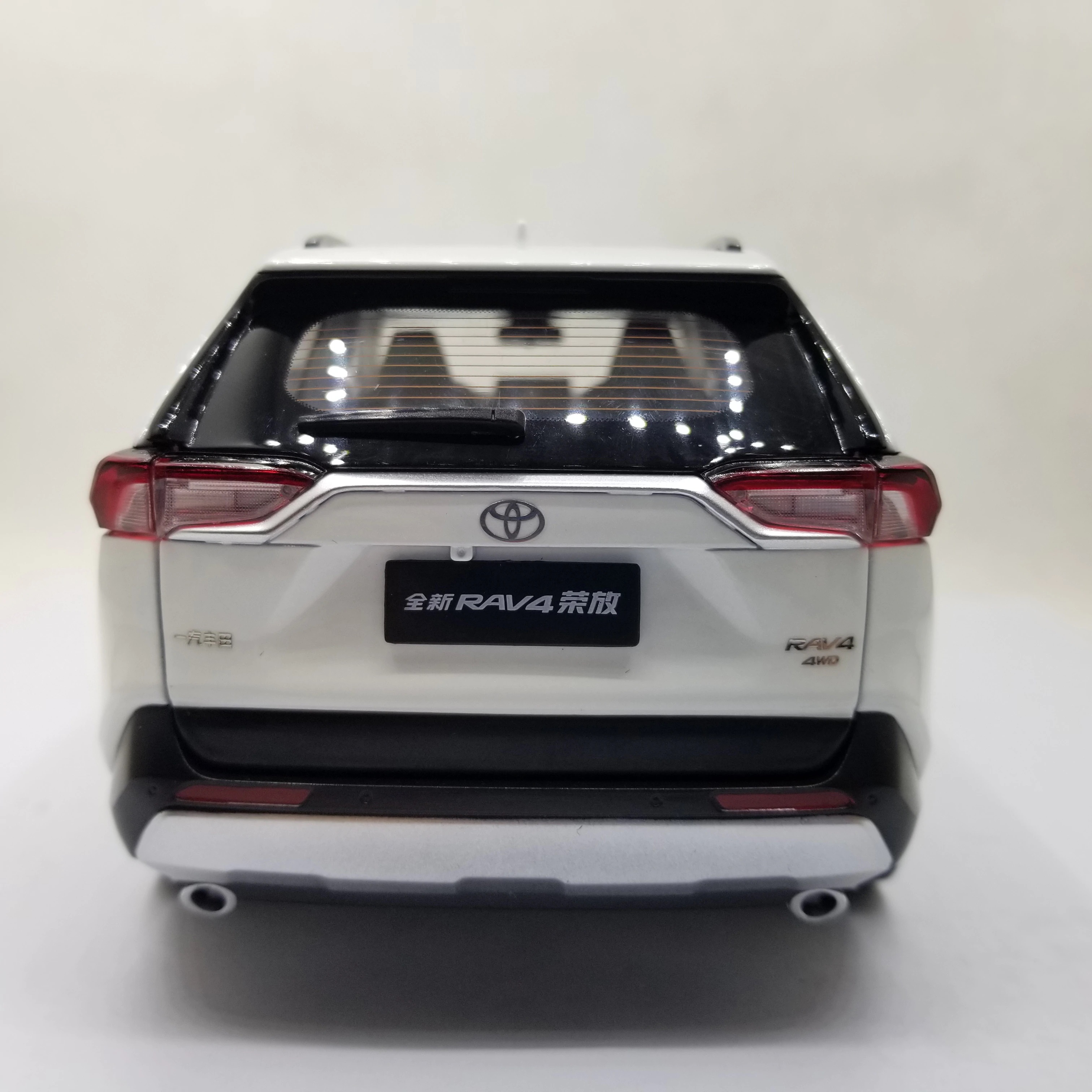1:18 Diecast Model for Toyota RAV4 2020 White SUV Alloy Toy Car Miniature Collection Gifts RAV 4