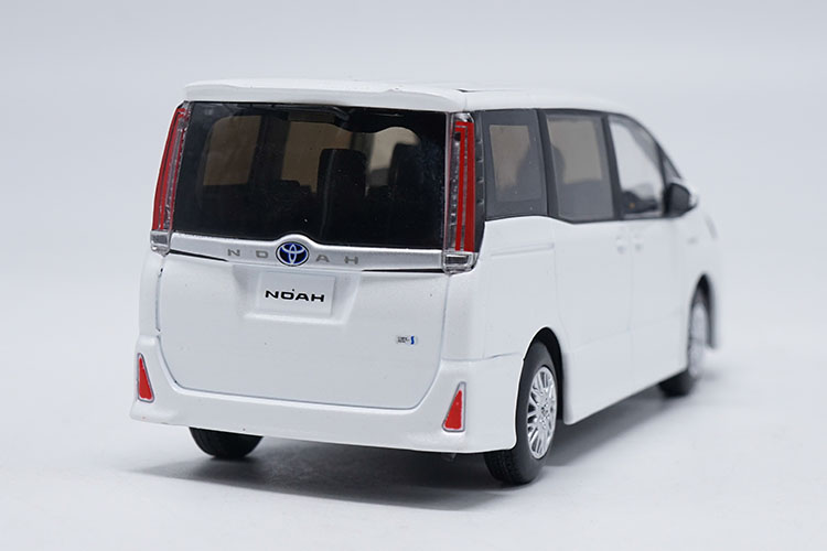 1/30 Toyota NOAH 2017 White MPV Alloy Toy Car, Diecast Scale Model Car, Collectible Model Car, Miniature Collection Die-cast Toy Vehicles Gifts