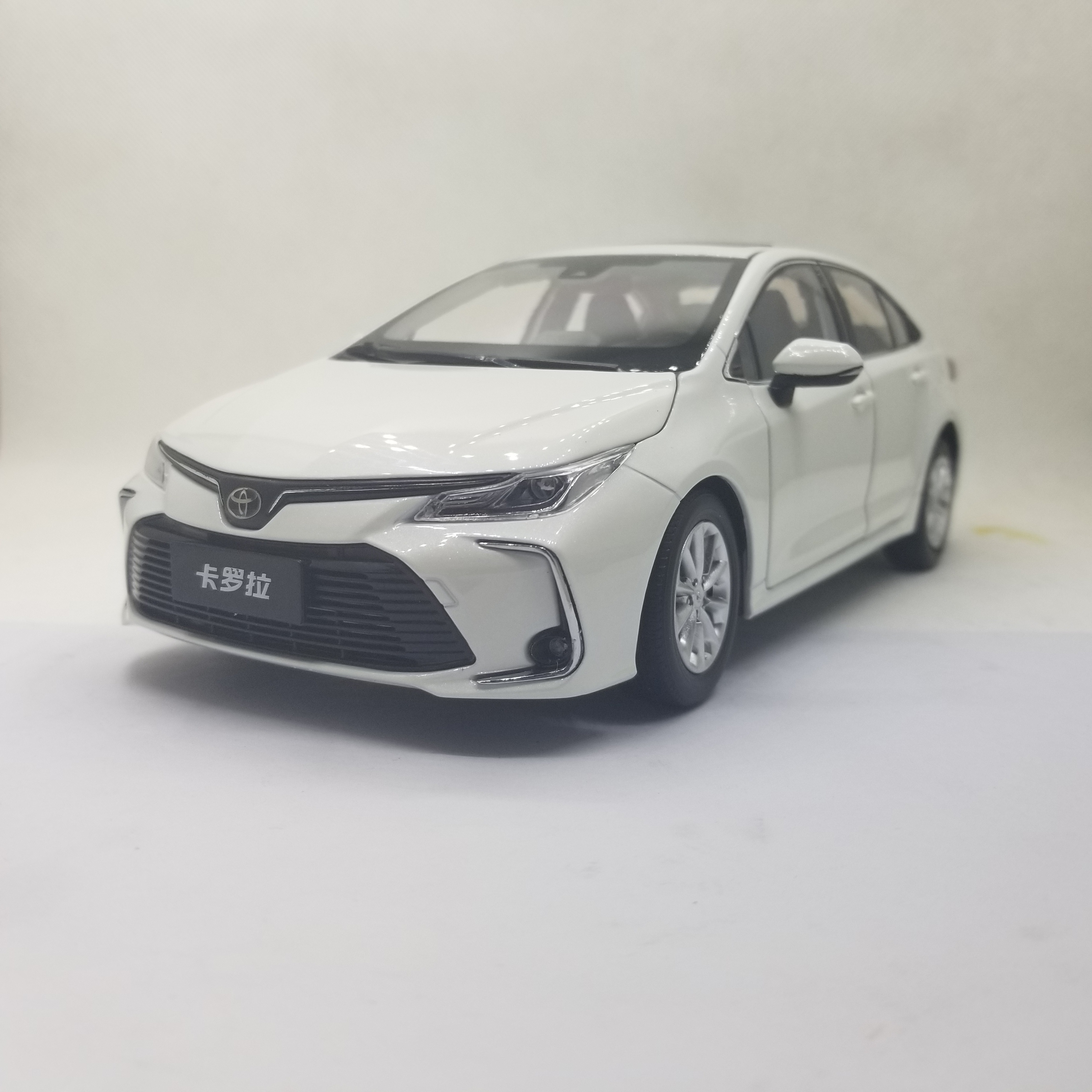 1:18 Diecast Model for Toyota Corolla 2019 White Sedan Alloy Toy Car Miniature Collection Gifts Hot Selling Altis
