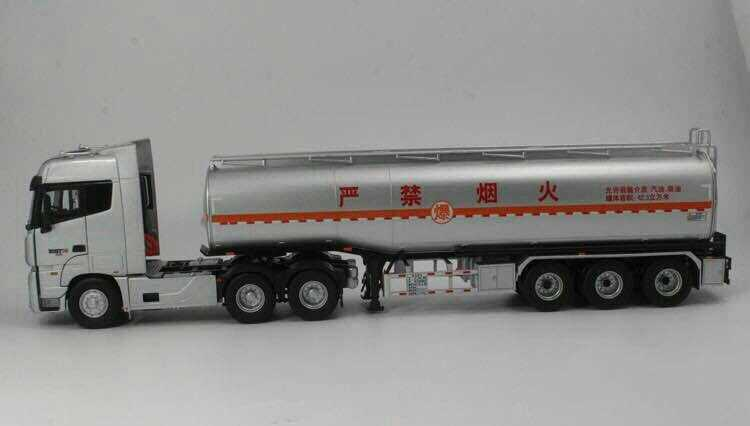 1/36 Foton Daimler Auman ETX Oil Tank Truck Alloy Toy Car, Diecast Scale Model Car, Collectible Model Car, Miniature Collection Die-cast Toy Vehicles Gifts