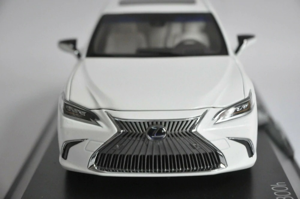 1:18 Diecast Model for Lexus ES 300h 2019 White Sedan Alloy Toy Car Miniature Collection Gift ES300h ES300 Toyota