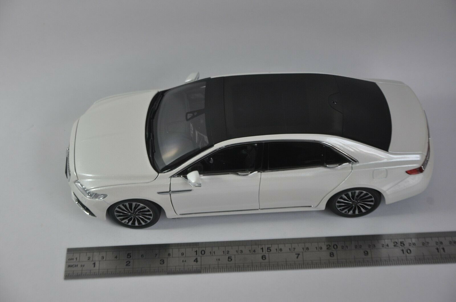 1/18 Lincoln Continental 2018 White Original Factory Alloy Toy Car, Diecast Scale Model Car, Collectible Model Car, Miniature Collection Die-cast Toy Vehicles Gifts